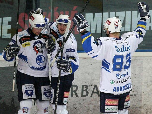 Plzeňští hokejisté, na snímku zleva Michal Dvořák, Martin Heřman a Martin Adamský, si přípravu na vyvrcholení extraligy zpestří  zápasy  ve Švýcarsku
