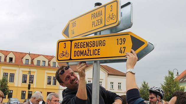 Mezinárodní cyklostezka CT3 vzniká od roku 2013 (snímek ukazuje osazení prvního rozcestníku v Dobřanech). Úsek, který teď vznikne ve Stodě, propojí město s Chotěšovem a obyvatelům usnadní cestování mezi oběma obcemi.