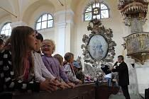 Školní představení Procházek uměním v manětínském kostele sv. Barbory