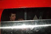 Mladík vlezl do kontejneru pro starou elektroniku, ale ven už mu pomáhali hasiči