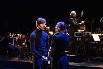 Třemi exkluzivními koncerty oslaví muzikálový soubor Divadla J. K. Tyla 70. výročí uvedení prvního muzikálu v Plzni. Vedle více než dvou desítek členů souboru (na snímku Zuzana Krištofová) vystoupí také hosté spjatí s historií plzeňského muzikálu.