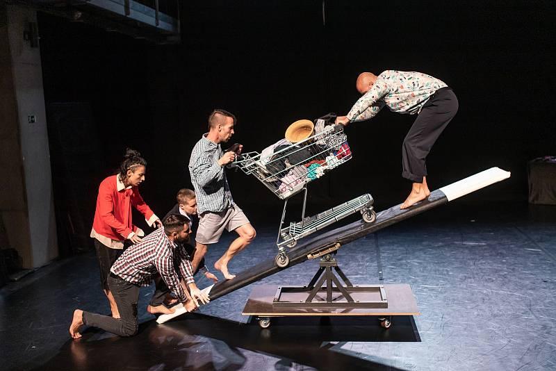 Čtyřiašedesát představení od souborů ze sedmi zemí uvede v Plzni od 15. do 23. září 29. ročník mezinárodního festivalu Divadlo. Plzeňský soubor Žongléros Ansámbl vystoupí s původní pohybovou a akrobatickou show Vpřed.