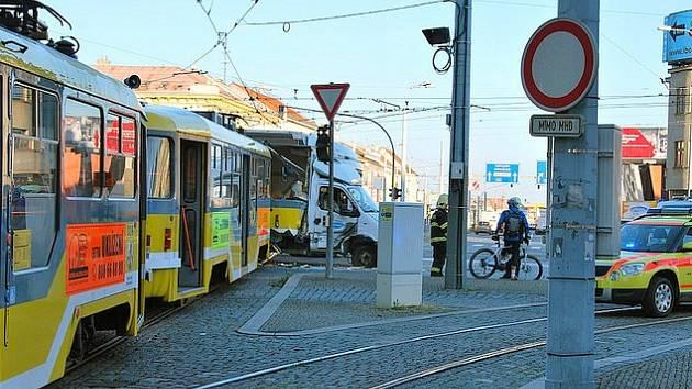 Nehoda tramvaje a nákladního auta v Solní ulici v Plzni