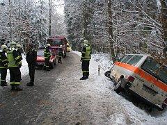 Nehoda osobního auta a sanitky u Letin na jižním Plzeňsku
