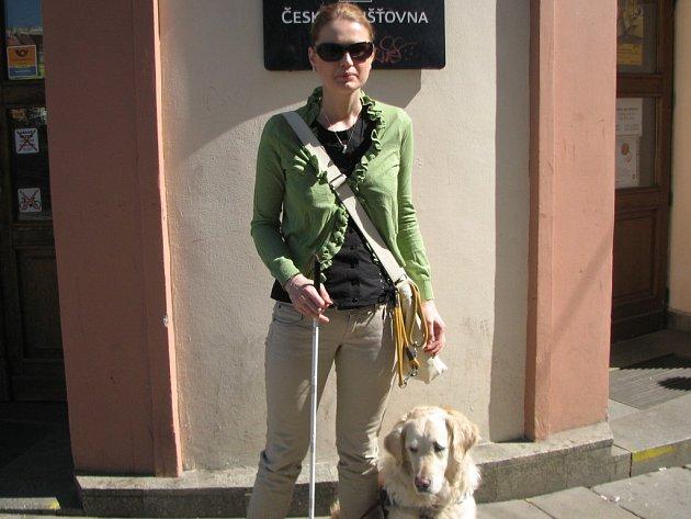 Slečna Linda Ambrožová a její vodicí pes už jsou sehraná dvojice