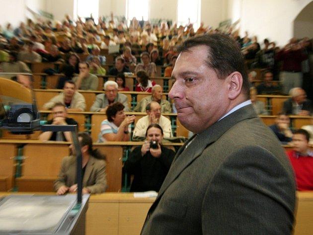 Expremiér Jiří Paroubek přednášel včera na půdě ZČU, kde se ocitl v rámci návštěvy krajské metropole