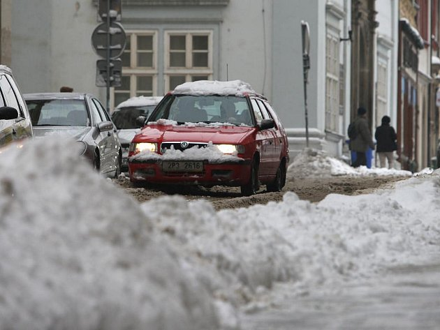 Sněžení, mrholení, rozježděná břečka, ale i náledí a sněhové převisy na střechách, to vše komplikuje v posledních dnech lidem život