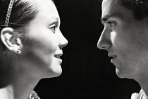 Romeo a Julie v hlavních rolích s manželi Terezou a Matoušem Rumlovými. Představení v produkci Divadelního spolku Kašpar režíroval jeho šéf Jakub Špalek a na zahradě Měšťanské besedy v Plzni bude uvedeno 8. a 9. srpna.