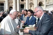 Sládek Václav Berka předává papeži speciální pivo