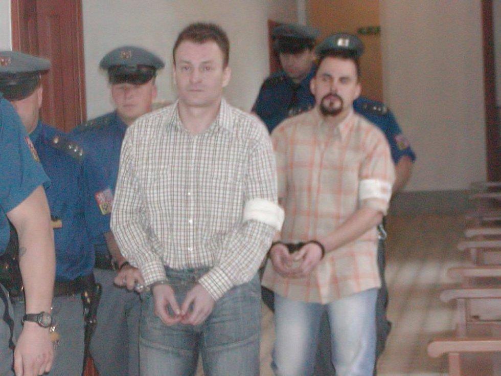 Přesně takto povede eskorta bankovní lupiče Ivana Tavalyho (vlevo) a Tomáše Kotláře k soudu ještě ve čtvrtek a v pátek. Soud by mohl vynést nad oběma verdikt ještě tento týden