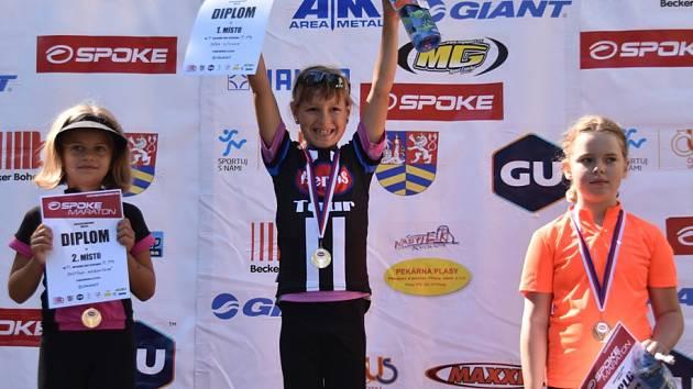 Takto se radovaly na stupních vítězů ze svého úspěchu nejmladší adeptky cyklistiky