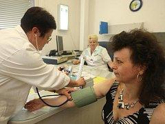 I trochu vyšší tlak může být předzvěstí dalších zdravotních problémů. Praktická lékařka Anděla Pučelíková jej včera měřila zájemcům z řad veřejnosti v rámci dne otevřených dveří na plzeňské (dříve železniční) poliklice