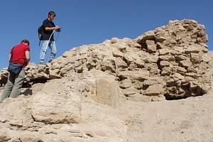 Výzkumníci Karel Nováček a Hynek Švácha dokumentují objevené pozůstatky středověké architektury v Iráku