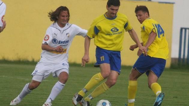 V prvním přípravném utkání porazili fotbalisté prvoligové Viktorie Plzeň divizní mužstvo Senca Doubravka. Na snímku stíhá soupeře viktorián Petr Jiráček (vlevo)