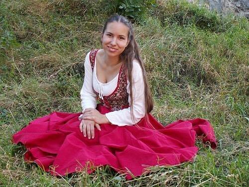 Veronika Kulová z plzeňské skupiny historického šermu a tance Gloria