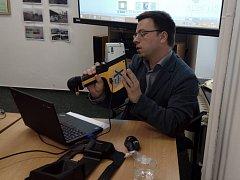 Inspektor ČIŽP Martin Marko pomocí spektrometru právě testuje náušnice. Je v nich vysoký obsah niklu, což může způsobovat hnisání uší.