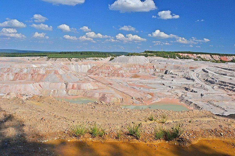 Kaolinový důl v Kaznějově (foto: Petr Kinšt, zdroj Wikipedia)