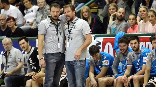 Filip Herajt (sedící druhý zleva) naskočil do rozjetého prvního zápasu finále s Karvinou a mužstvo podržel.