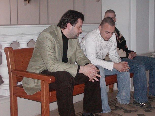Tomáš Kopřiva (vpravo) z Chudenína se ještě před vynesením rozsudku radil se svým obhájcem na chodbě soudní budovy. V tu chvíli už pravděpodobně počítal s podmíněným trestem