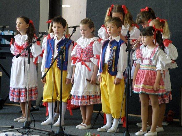 Folklórní soubor Lukaváček je složen ze žáků Základní školy v Dolní Lukavici