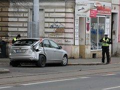 Následky nehody auta a tramvaje na Slovanské třídě