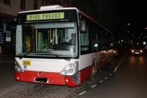 Podnapilý řidič jízdou po poli poškodil autobus.