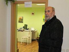 Starosta Dnešic Karel Malý ve zdravotním středisku před ordinací praktické lékařky Dany Kováčové. Ve zbrusu novém a moderním prostředí přivítala pacienty ve čtvrtek
