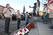 K Masarykovu pomníku na stejnojmenném náměstí přišli představitelé města i Plzeňského kraje, ministr spravedlnosti Jiří Pospíšil a desítky dalších Plzeňanů
