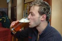 Pivečko v současných horkých dnech přijde k duhu, ale pivaři by si měli dát dobrý pozor, aby hospodský dodržel správnou míru.