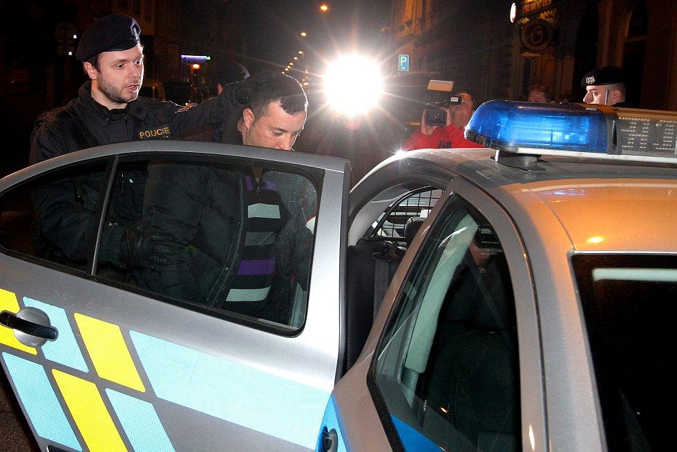 Muž na snímku musel s policisty po  kontrole na služebnu. Neměl u sebe totiž platné doklady.