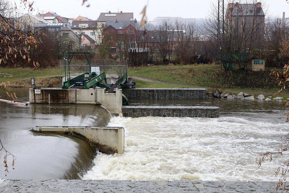 zvednutá hladina řeka Mže jez Rychtářka Štruncovy sady