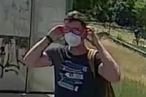 Policie pátrá po muži na snímcích. Pokud jej poznáváte volejte linku 158.