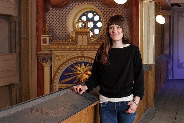 Magdaléna Rečová (na snímku) spolu sPetrou Navrátilovou  opravovaly zašlou výzdobu interiéru synagogy