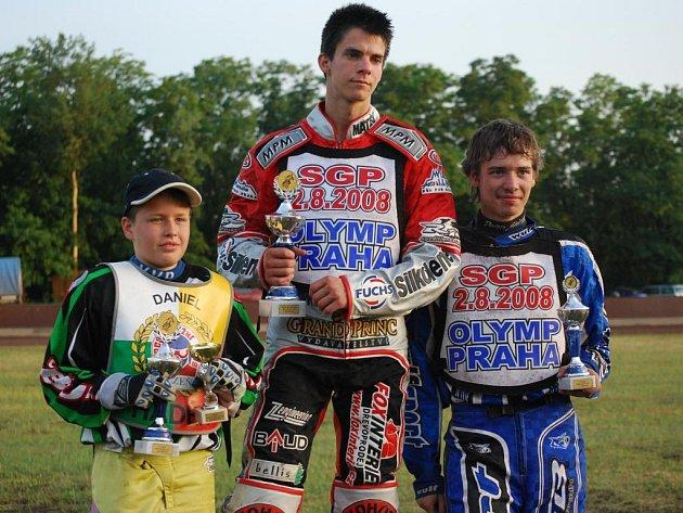 Na stupních vítězů se po mistrovství republiky do 19 let na ploché dráze seřadili Daniel Hádek, který převzal cenu za druhé místo za zraněného bratra Michaela z PK Plzeň, vítěz Matěj Kůs a třetí Pavel Pučko (zleva).