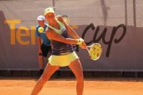 Plzeňská tenistka Andrea Hlaváčková si v prvním kole turnaje ITF v Plzni včera snadno poradila s krajankou Martinou Přádovou a porazila ji 6:1, 6:0