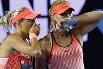 České tenistky Andrea Hlaváčková (vlevo) a Lucie Hradecká si domlouvají taktiku během finálové bitvy na prvním grandslamovém turnaji v sezoně Australian Open