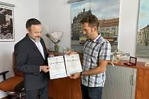Jiří Bouzek při předání Plakety Bohumila Kulhánka s místostarostou ÚMO Plzeň 3 Ondřejem Ženíškem.
