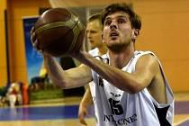 Bez jednoho centimetru dvoumetrový dlouhán Jan Suchý (na snímku) strávil proti Litoměřicím na palubovce přes půl hodiny, k výhře svého týmu přispěl devíti body.