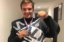 DVOJNÁSOBNÁ RADOST. Čtyřiadvacetiletý gólman Lukáš Ščurko se vrátil z Chomutova zpět do Plzně a hned slavil velký úspěch, zisk stříbrné medaile a individuálního ocenění.