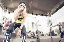 Kapela Dirty Blondes je známá svým energickým vystupováním na pódiu.