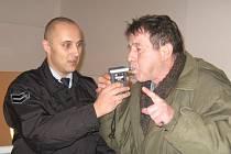 Tomáš Hůla si přišel změřit alkohol v dechu několikrát. Své výsledky si zapisoval, aby mohl kamarádům z hospody dokázat, že na tabulky se spoléhat nedá
