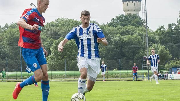 Ondřej Mihálik (vlevo) v přípravném zápase s Domažlicemi v souboji s Michalem Mlynaříkem.