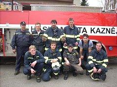 Výjezdová jednotka dobrovolných hasičů z Kaznějova, když se vrátila z cvičení v Plasích, po jehož konci začalo opravdu hořet jen několik metrů opodál. Takže z cvičení byl rázem zásah