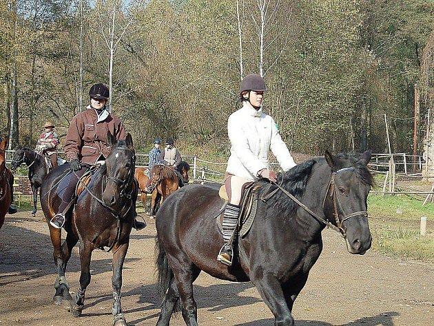 Než koně i jedci vyrazili na projižďku, objeli na startu čestné kolečko