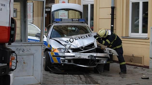 Nehoda policejního auta a pickupu na křižovatce ulic Klatovská a Husova v Plzni. Policisté mířili k případu na Vinicea i když měli zapnuté majáky, tak jejich auto naboural pickup, který vyjížděl na Klatovskou z boční ulice
