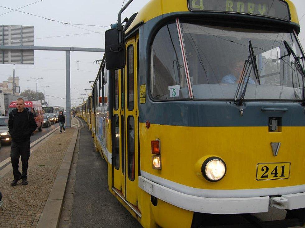 U Divadla J. K. Tyla se v pátek po sedmé hodině ráno srazila tramvaj a tři osobní automobily. Následná kolona tramvají dosahovala až k zastávce Pod Záhorskem