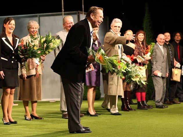 Václav Havel v Divadle J. K. Tyla po premiéře své hry Odcházení (vpravo od autora představitel hlavní role Pavel Pavlovský).