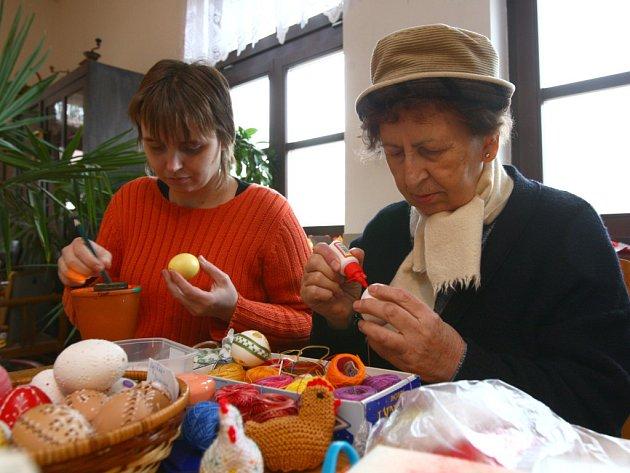 Velikonoční tvůrčí dílny na statku Lüftnerka v plzeňské zoologické zahradě potrvají do pondělí.