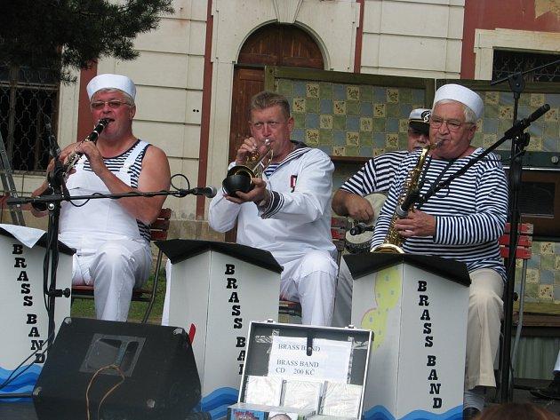 Před klášterem v Plasích během poutě Na královnu vyhrávala dixielandová kapela Brass band z Rakovníka. Tuto část poutě s kulturním programem a ukázkami řemesel pořádalo sdružení Plaská lilie.