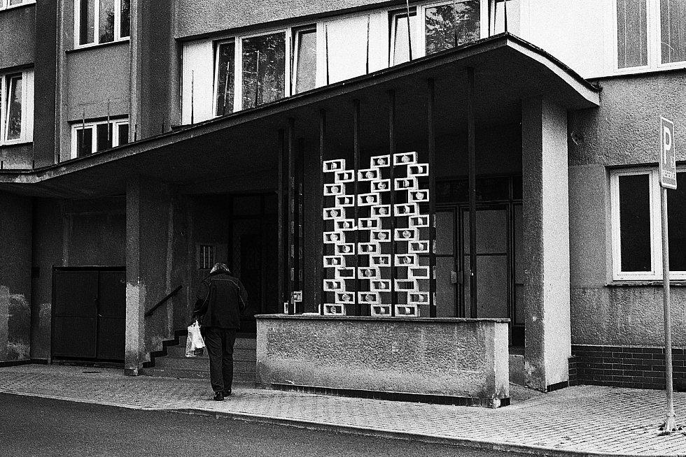 Také původní vchodové řešení u domu v Čermákově ulici, s kovanou mříží, skleněnými a betonovými prvky, od Bořivoje Raka.